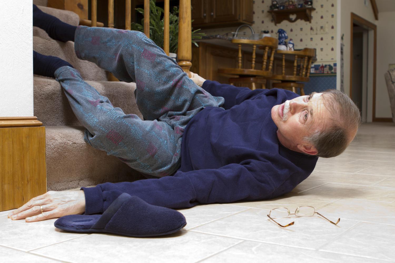 перелом шейки бедра у пожилого человека