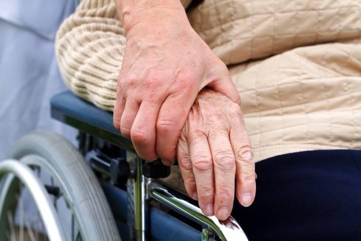 почему трясутся руки у пожилого человека