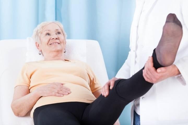 отекают стопы ног причина у пожилых женщин